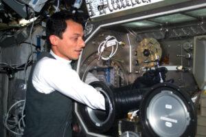 Španělský astronaut Pedro Duque při práci v inkubátoru v roce 2003 během své devítidenní mise.