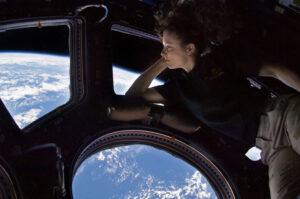 Americká astronautka Tracy Caldwell Dyson během relaxace v Cupole.