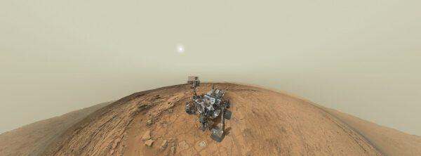 Složená panoramatická fotka z kamery MAHLI umístěné na robotické paži - proto je možné vyfotit celé vozítko.