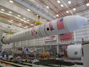 Raketa Antares zatím musí čekat v hangáru