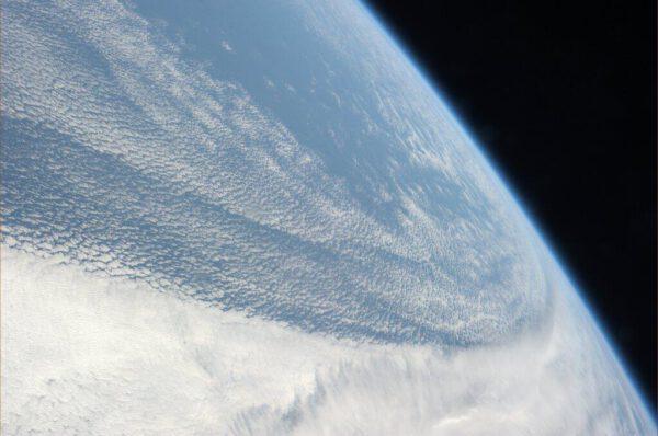 Na tisíce malých chomáčků roztrhané mraky nad Pacifikem
