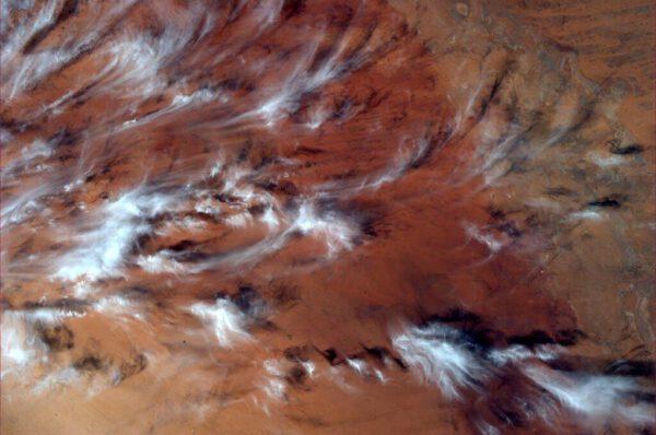 Tohle není malba. to jen vítr zčeřil chomáče mraků nad rudě zbarvenou krajinou. Fotce bohužel chybí informace o lokalitě.
