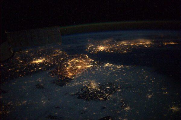 Noční přelet nad Evropou - Nahoře vpravo je Velká Británie, vlevo dole Francie a Benelux