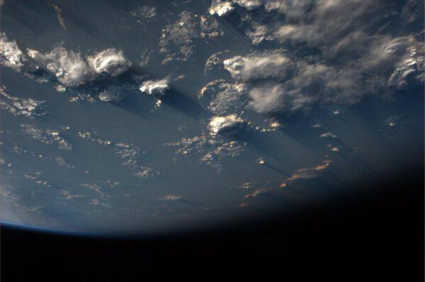 Snímku chybí lokalizace, ale i přesto se můžeme kochat krásou mraků nad oceánem.