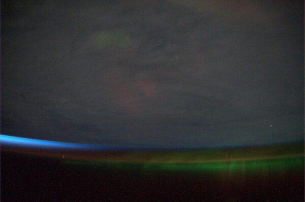 Vzácný okamžik, kdy se polární záře setkává s úsvitem.