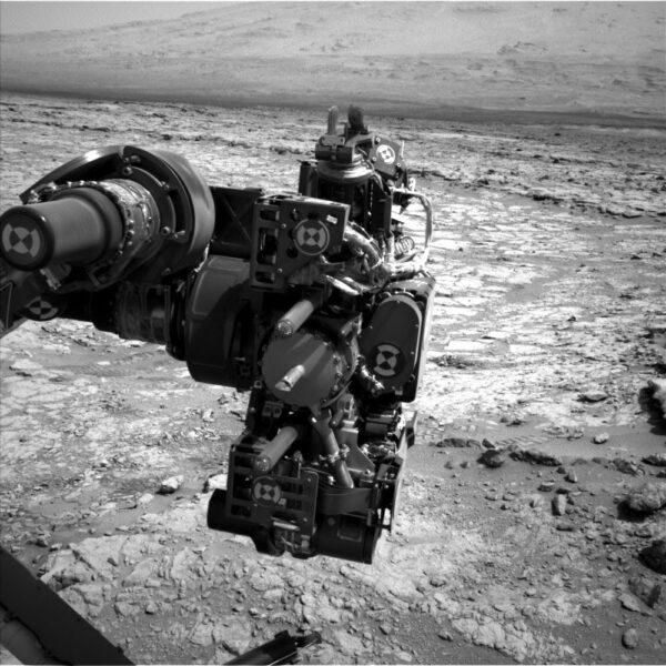 Sol 222 - do záběru kamery NavCam se dostala robotická paže.