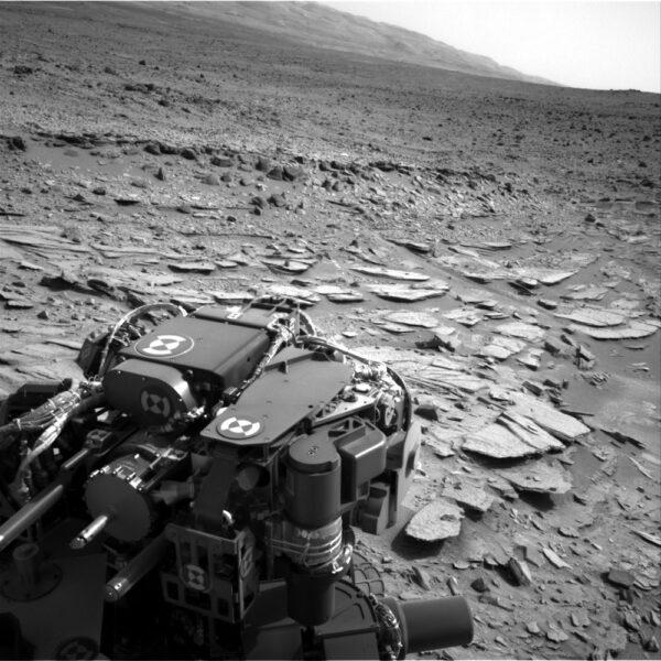 Lokalita Shaler s velkým množstvím tenkých kamenných výstupků. Foceno opět kamerou NavCam.