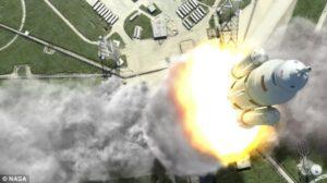 Umělecká představa startu rakety SLS