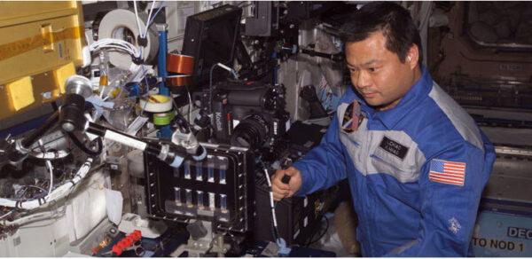 Astronaut Leroy Chiao na archivní fotce pracuje s experimentem BCAT-3, který umožňuje sledovat chování mikroskopických koloidních částic a jejich vliv na růst krystalů.
