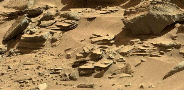Sol 540 a kameny v oblasti Moonlight Valley
