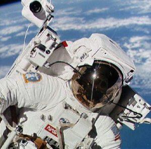 Astronaut Bruce McCandless s MMU během mise STS-41B