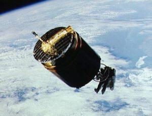 Mise STS-51-A  - Astronaut Dale Gardner s pomocí MMU zachytává družici Westar 6