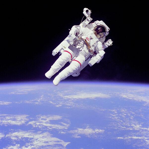 Jedna z nejslavnějších fotek kosmonautické historie - Astronaut Bruce McCandless s MMU během mise STS-41B.