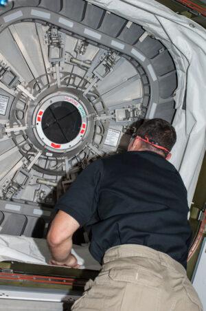 Mike Hopkins zavírá průlez do lodi Cygnus
