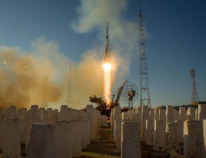 Startující raketa Sojuz se stejnojmennou kosmickou lodí.