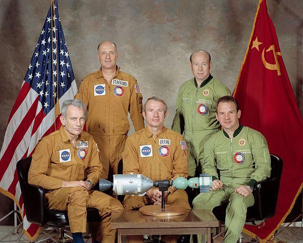 Posádky letu Sojuz- Apollo (zleva): Slayton, Stafford, Brand, Leonov, Kubasov
