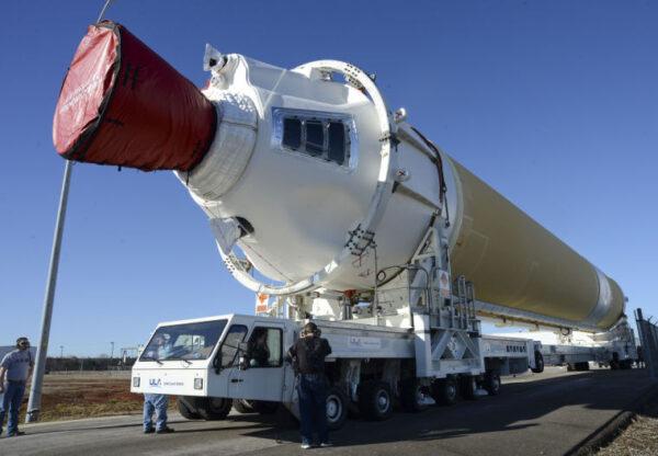 Vývoz urychlovacího stupně pro misi EFT-1