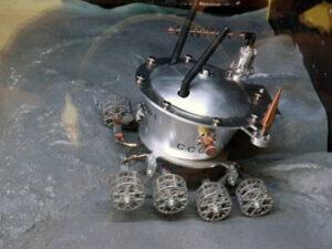 Model Lunochodu, který můžete sami ovládat dokáže zaujmout i dospělé na několik desítek minut.