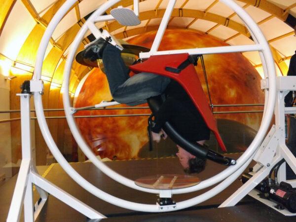 Ačkoliv se na gyroskopickém křesle několikrát otočíte vzhůru nohama, nebezpečí Vám nehrozí.