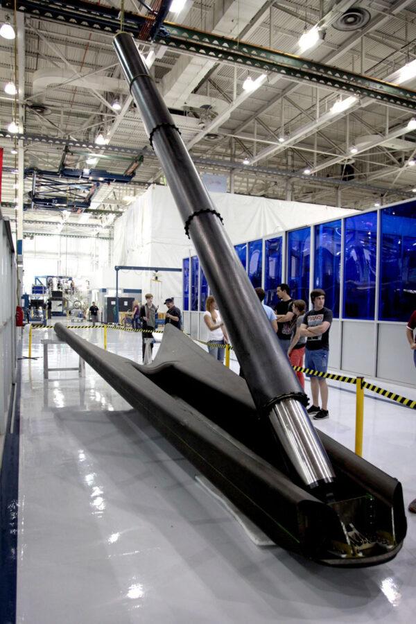 Model přistávací nohy i s hydraulickým pístem, který zajistí vyklopení.