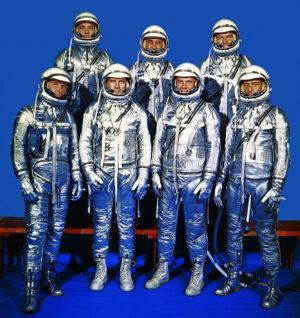 Sedmička prvních Amerických astronautů. John Glenn je druhý zprava ve spodní řadě
