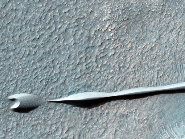 Zajímavý a čerstvý snímek zajímavě tvarované duny na Marsu od MRO