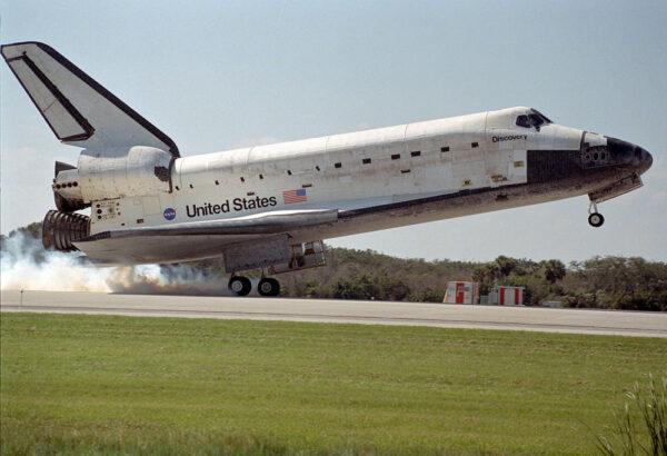 Přistání raketoplánu Discovery z mise STS-95