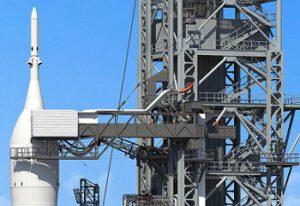 Vizualizace ukazující horní část mobilní odpalovací plošiny s připojenou raketou SLS.