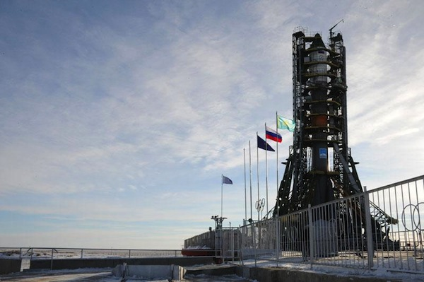 Raketa Sojuz schovaná mezi dvojicí obslužných věží.