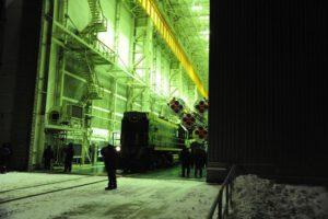 Bajkonur ještě halí tma, ale lokomotiva táhnoucí raketu Sojuz se vydává na cestu.