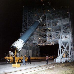 Na základně Vandenberg se již brzy začnou opět skládat rakety Delta II. Tato fotka pochází z příprav na start mise Mars Global Surveyor.