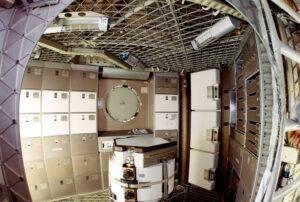 Pohled do interiéru stanice Skylab.