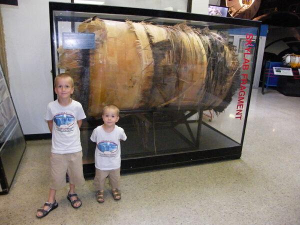Největší nalezený fragment stanice Skylab je dnes vystavovaný v U.S. Space and Rocket Center v Huntsville (stát Alabama).