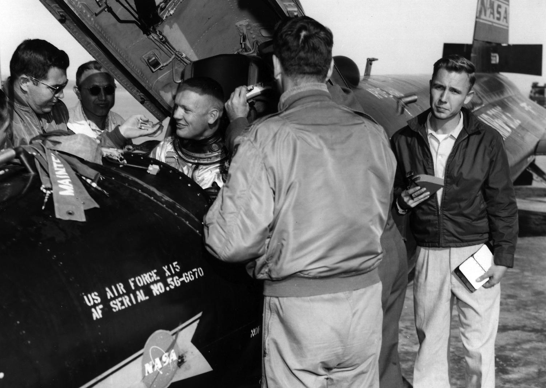 Armstrong po jednom z letů v kokpitu X-15
