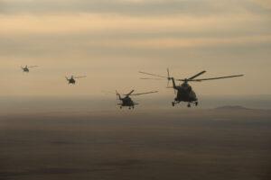 Helikoptéry míří k přistávajícímu Sojuzu.