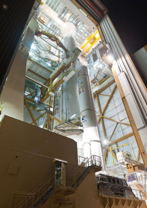 Raketa Ariane 5 krátce před vývozem z montážní haly