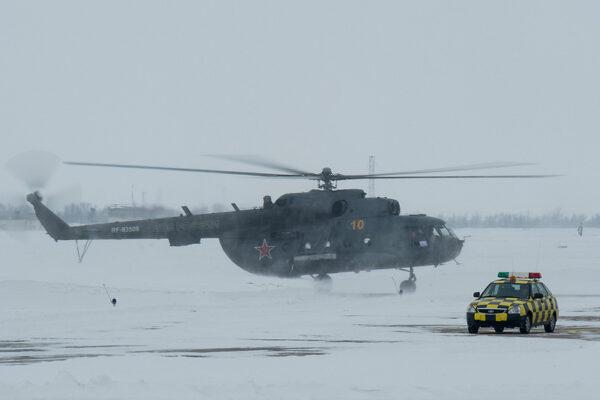 Helikoptéra Mi-17 na zasněženém letišti v Karagandě.