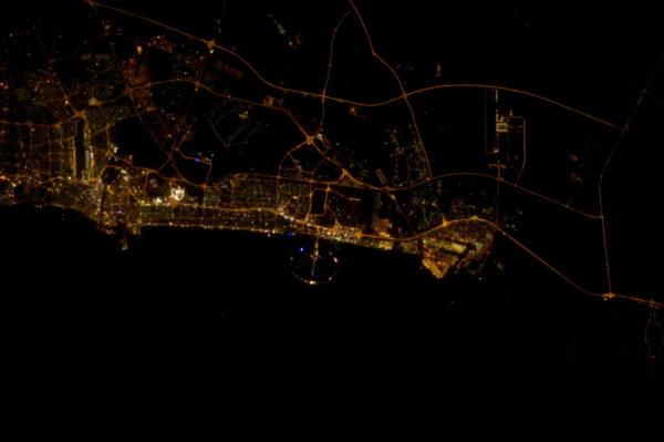 """Perla Arabského poloostrova - Dubaj. Povšimněte si osvětleného """"palmového ostrova"""""""