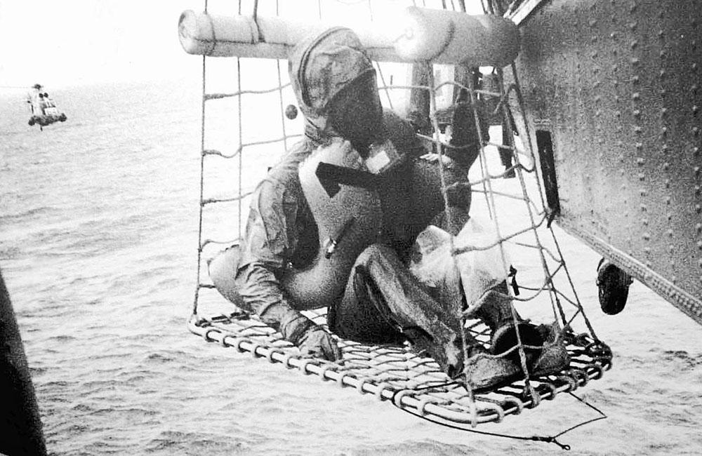 Neil Armstrong je vyzvedáván do vrtulníku