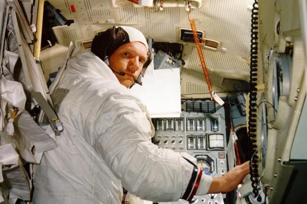 Neil v simulátoru LM v průběhu června 1969
