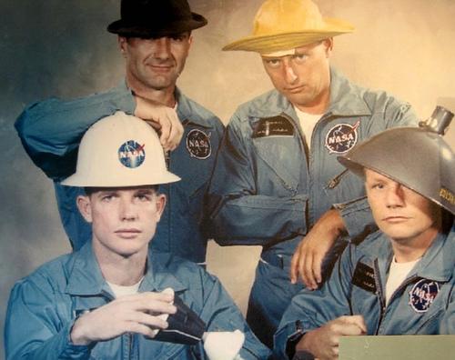 Hlavní a záložní posádka Gemini VIII v tradiční parodii na oficiální fotografii