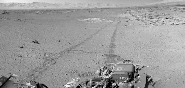 Stopy za vozítkem Curiosity jedoucím pozpátku