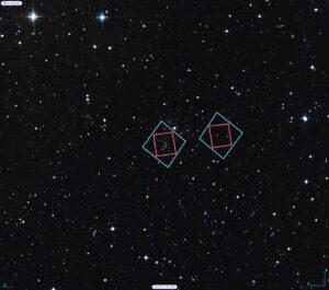 V levé části obrázku je záznam HST galaktické kupy Abell 2744, napravo souběžného paralelního pole (víc technických specifikací bude následovat v samostatném článku). Oba výřezy jsou zasazeny v poměrné velikosti do snímku Digitálního výzkumu oblohy (Digitized Sky Survey – DSS). Modře je zvýrazněn rozsah Hubbleova zorného pole ve viditelném spektru, červeně zorné pole IR palubního detektoru. Měřítko v pravé spodní části obrázku znázorňuje jednu úhlovou minutu (asi jedna třicetina Měsíce v úplňku pozorovaného ze zemského povrchu).