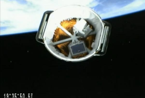 """Dragon se od horního stupně oddělil podle plánu. Na snímku z kamery umístěné na druhém stupni Falconu můžete krásně vidět interiér nehermetizované sekce tzv. """"trunku"""", kde jsou uloženy dva vědecké přístroje pro ISS."""