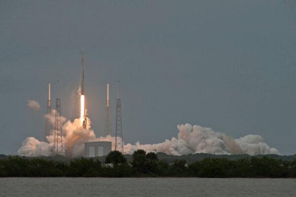 Ve 21:25 našeho času se mohly zapálit motory Merlin na prvním stupni rakety Falcon. Nosič stoupal k obloze.