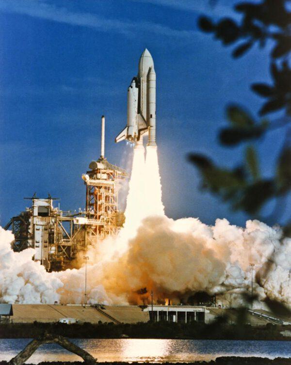 Columbia startuje a je zahájena éra raketoplánů