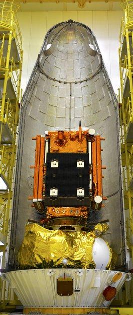 Sentinel-1A uložený pod aerodynamickým krytem rakety.