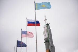 Vlajky u startovní rampy rakety Sojuz