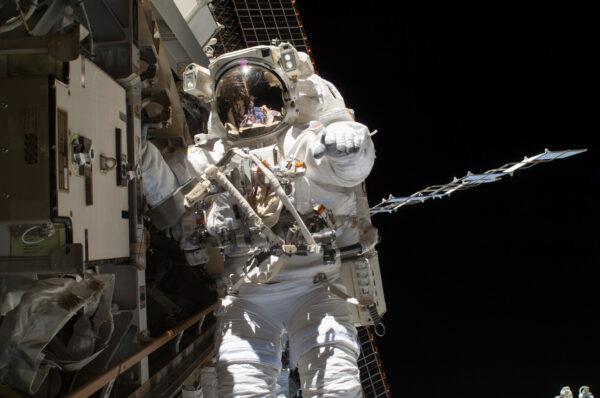 Steven Swanson při servisní kosmické vycházce