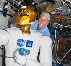 Robonaut a astronautka Karen Nyberg. V robonautově ruce můžete vidět měřič průtoku vzduchu.